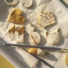 Travaux manuels du dimanche.  Pâte à modeler qui durcit à l'air (dimanche dernier) et peinture dorée (aujourd'hui). Hésitation sur le fait de les vernir ou non (j'aime bien le côté mat et brut, mais le vernis permettrait de les solidifier davantage et de les imperméabiliser !) #diy #handmade #travauxmanuels #pateamodeler #gold #homemade #faitmaison #faitmain #futuresbroches ?
