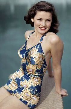 Gene Tierney in a shiny blue and gold one piece swimsuit, pin curls, and red lips. She was always a classic beauty Moda Vintage, Vintage Mode, Retro Vintage, Pin Up Retro, Look Retro, Vintage Glamour, Vintage Beauty, Vintage Hollywood, Hollywood Glamour