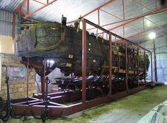 На дне Днепра нашли целое кладбище казацких лодок - В городе - Une exposition unique - échantillon brigantin 1711. Il pourrait accueillir une cinquantaine de personnes