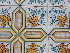 Azulejos portugueses que revestem grande parte do casario.