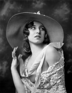 Alfred Cheney Johnston - Ziegfeld Girl (Albertina Vitak)