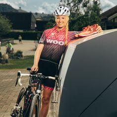Velopa propose des abris à vélos adaptés à chaque besoin et situation. Eva Hürlimann, gagnante et détentrice du record du monde du déca ultra-triathlon (déca Ironman), en sait quelque chose. Avec les produits de haute qualité Velopa, elle est sûre que ses VTT de compétition bénéficient toujours d'une protection optimale, que ce soit contre les intempéries, le vandalisme ou le vol. Triathlon, Bicycle Girl, Quelque Chose, Clothes, Breakfast, Bike Shelter, Products, Mtb Bike, Hang In There