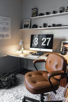 Travailler chez soi, c'est le rêve de beaucoup. Autonomie, économie de déplacement, moins de stress… le tableau est souvent idyllique. Le home-working a beaucoup de points positifs mais il faut aussi penser à l'aménagement. Comment créer un espace de travail chez soi ? Quelles sont les règles à suivre ? Voici quelques pistes... #homeworking #teletravail #office #bureau #amenagement #chambre #coin #design #inspiration #deco #idee Home Office Setup, Home Office Space, Home Office Design, Office Desk, Workspace Desk, Office Furniture, Furniture Ideas, Contemporary Living, Living Room Modern