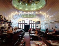Café Paris in Hamburg, Hamburg. 9:00. Zurück in die Zukunft des 20. Jahrhunderts: Im Café Paris frühstücken im Ambiente besten Jugendstils.