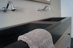 Robuuste dubbele wastafel Basalt Olivian black, verkrijgbaar bij Natuursteen Meterik. Meer info en prijzen: http://bit.ly/1DXezGY
