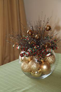 bolas natalinas, aquário pequeno e galhos secos para centro de mesa