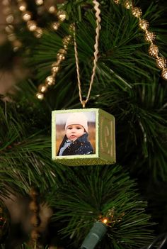 Baby block photo ornament. I may have to give these a try. Make a great gift for family, friends and yourself