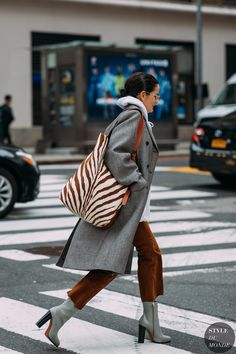 New York FW 2018 Street Style: Lucy Chadwick - Fashion Photography Look Fashion, Street Fashion, New Fashion, Trendy Fashion, Womens Fashion, Fashion Trends, Fashion Boots, Dress Fashion, Fashion Outfits