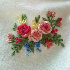 Ribbon Embroidery For Beginners Bordado Bullion Embroidery, Brazilian Embroidery Stitches, Hand Embroidery Flowers, Embroidery Works, Embroidery Monogram, Learn Embroidery, Hand Embroidery Stitches, Silk Ribbon Embroidery, Embroidery For Beginners