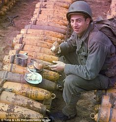 Soldier enjoying breakfast atop munitions stockpiled for the Battle of Normandy. May 1944 D Day Photos, Photos Du, Battle Of Normandy, D Day Invasion, Historia Universal, American Soldiers, Life Pictures, Military History, World History