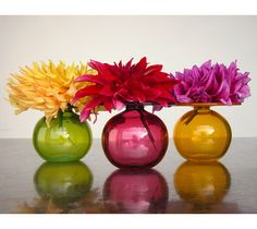 It's said that the third wedding anniversary is the time to give glass and crystal, but a beautiful vase is a popular gift for any occasio. Big Flowers, Beautiful Flowers, Summer Flowers, Decorate Your Room, Bud Vases, Hand Blown Glass, Decorative Objects, Colored Glass, Decor Styles