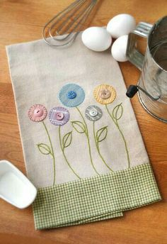 Inspiration for an apron bib. Garden Flowers Towel - Crafts 'n things Sewing Appliques, Applique Patterns, Applique Designs, Embroidery Applique, Embroidery Stitches, Machine Embroidery, Fabric Crafts, Sewing Crafts, Sewing Projects