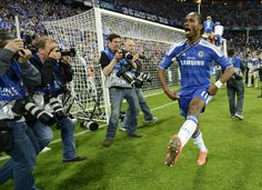 Didier Drogba del Chelsea celebra el título obtenido en la Champions luego de vencer en la final al Bayern de Múnich en el Allianz Arena de Munich, el 19 de mayo de 2012. | Créditos: REUTERS / Dylan Martinez