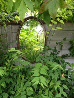 Les très petits espaces extérieurs tels que rebord de fenêtre, pas de porte, escalier ou passage étroit peuvent devenir des petits jardins différents.