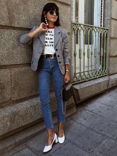 Sapato branco Calça jeans Camiseta Blazer Bolsa preta
