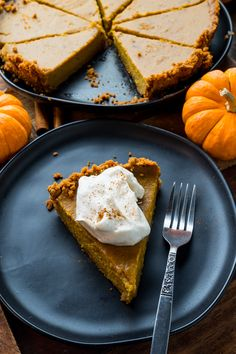 A quick and easy pumpkin pie with a gingersnap cookie crumb crust and a hint of maple! Homemade Pumpkin Puree, Easy Pumpkin Pie, Pumpkin Pie Spice, Pumpkin Recipes, Ginger Snap Cookies, Butter Pie, Cookie Crumbs, Crust Recipe