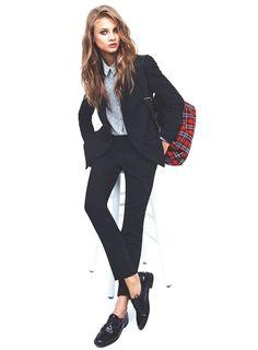 Pour avoir un look studieux mais décoincé, on fond pour l'association blazer/pantalon de même couleur qu'on ajuste avec un sac et une chemise imprimés....