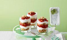 Knusprige Streusel, Joghurt-Quark-Creme und Erdbeeren geschichtet zu einem leckeren Dessert.