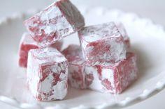 Kikar förbi med ett litet gottetips till er som söker inspiration till julgodiset. En fräsch och smakrik jordgubbsfudge, mumsigt värre. Det här behöver du: 3 dl vispgrädde 4 dl strösocker 50 gram smör 4 msk ljus sirap 125 gram färskajordgubbar ( eller frysta) 100 gram vit choklad röd karamellfärg Garnering: … Läs mer Candy Recipes, Baking Recipes, Holiday Recipes, Dessert Recipes, Bagan, Candy Cakes, Chocolate Sweets, Swedish Recipes, Sweets Cake