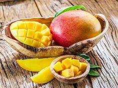 Mango. Un frutto esotico dolce e succoso ma anche ricco di proprietà, oggi confermate da alcune ricerche scientifiche. Non solo ricco di vitamine e minerali, aiuta a dimagrire e a prevenire e combattere alcuni tipi di cancro.