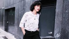 Jess Connelly Shows You the Right Way to Wear Cargo Pants Jess Connelly, Cargo Pants, How To Make, How To Wear, Bomber Jacket, Ruffle Blouse, Cool Stuff, 1920s, Ph