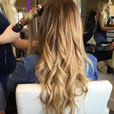 Who doesn't love a good curl? #curls #reflexionhair #reflexionhairextensions