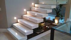 Escada Revestida em porcelanato ... Amei tudo ...Cor, modelo e decoração... Perfeita com o rodapé largo e o piso laminado em madeira clara!!! QUERO!!! MUITO!!!