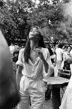 How to wear white like Jane Birkin, even for a wedding? - Jane Birkin in Saumur July 1977 - Estilo Jane Birkin, Jane Birkin Style, Gainsbourg Birkin, Serge Gainsbourg, Charlotte Gainsbourg, Poses, Stage Outfit, Mundo Hippie, Aurelie Bidermann