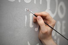 Dales un diseño único a las habitaciones de tus pequeños con letras en las paredes.