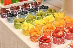 Snack aus Früchten zum Regenbogen-Kindergeburtstag