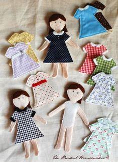 Me hubiera encantado esto de niña, tenía muchos recortables y esta idea de The Prudent homemaker siguen aquella estela. Muñecas de fieltro con vestidos de tela intercambiables.
