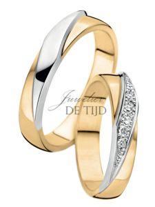 Bi-color geel/wit gouden trouwringen. In de damesring worden 5briljant geslepen diamanten gezet. Diamantgrootte 0,008crt. Diamantkwaliteit VSI. Leverbaar in verschillende breedtes en andere goudkleur