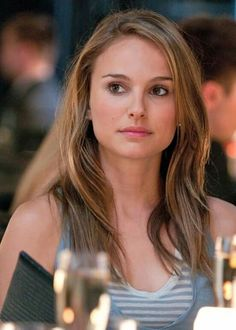 "Natalie Portman portrays the role of ''Dr Emma K. Kurtzman'' in the film ""No Strings Attached"" ''Μόνο το Σεξ δε Φτάνει'' a 2011 American romantic comedy. Natalie Portman Tumblr, Estilo Natalie Portman, Natalie Portman Hot, Mathilda Lando, Nathalie Portman, Friends With Benefits, Actrices Hollywood, Best Actress, Hollywood Actresses"