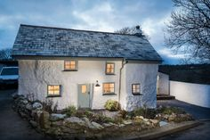 """This plastered stone cottage in Cornwall was built in 1680 and recently updated in a """"vintage country glamour"""" style. Old Cottage, Cottage Style, Ferreira Do Zêzere, Cornish Cottage, Cornwall Cottages, Patio Interior, Small House Design, Alter, Tiny House"""