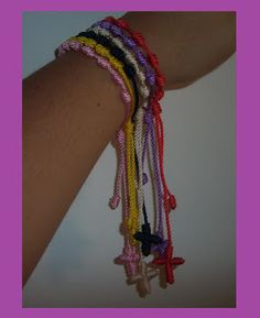 COMO HACER UNA PULSERA DECENARIO MUY FACILMENTE.  She uses a short piece of straw to help make knots; easier than the old tool I have. Video is in Spanish but was easy to follow visually.