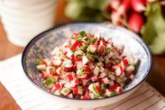 Achtung: dieser Salat ist wirklich nur für Radieschen-Fans. Er besteht zum größten Teil aus Radieschen, er sieht nach Radieschen aus und er schmeckt auch zu 100% wie Radieschen. Das kommt daher, da…