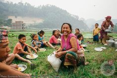 Many families work together in the rice fields in Nepal. During their break time, everybody shares their food in a huge circle on the rice field. Photographer Leonardo Salomao, who won in the Food for the Family category, captured that moment Female Photographers, Edible Garden, Photo Credit, Family Photos, Dolores Park, Pink Ladies, In This Moment, Celebrities, Pictures