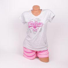 Дамска памучна пижама в сиво и розово. Горното е с къс ръкав, надпис в предната част и обло деколте. Долното е къс панталон в розово на красиви линии. Мека и удобна с тази пижама  ще спите спокойно.