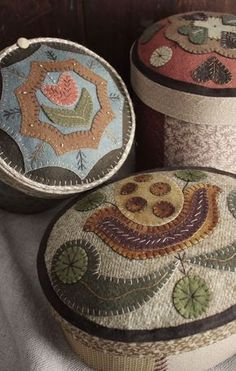 Wooly Boxes by Rebekah L. Smith www,rebekahlsmith… Wooly Boxes von Rebekah L. Smith www, rebekahlsmith … Wool Applique Quilts, Wool Applique Patterns, Wool Quilts, Wool Embroidery, Felt Patterns, Felt Applique, Print Patterns, Felted Wool Crafts, Felt Crafts