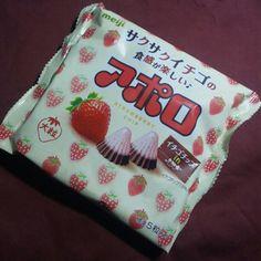 Photo by iloveaizu 今日のおやつはこれ! Meijiサクサクイチゴの食感が楽しい♪「アポロ」です。大粒のアポロでイチゴチップが入っているそう(^_^)v
