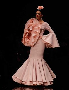 En «Desde mis entrañas», Pilar Rubio se inspira esta temporada en el flamenco de antaño, el mundo taurino y la fuerza de la sangre española (Foto: Raúl Doblado) Flamenco Costume, Dance Dresses, Flamenco Dresses, Spanish Fashion, Unique Dresses, Western Wear, African Fashion, Pretty In Pink, Fashion Forward