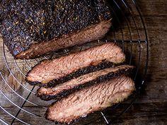 Heerlijk recept voor een onvergetelijke Brisket. U kunt er ook nog voor kiezen de Brisket van tevoren te injecteren. Brisket, Steak, Food, Meal, Eten, Steaks, Meals, Beef