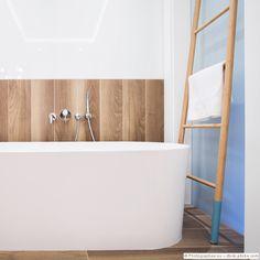 Lässig, modern, stylish! In diesem Badezimmer herrscht eine wunderbare Coolness, die uns total begeistert.  #bathroom #bathroomdesign #interior #Interiordesign #Home #Decor #style #calmwaters more inspiration: https://www.calmwaters.de