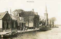 De kaart is afgestempeld op 13-07-1918. De gereformeerde kerk (gebouwd 1912 - 1913) staat te pronken aan het water. Dus de foto is gemaakt tussen 1913 en 1918.
