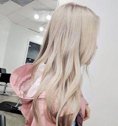 """Polubienia: 2,643, komentarze: 36 – james miju (@dearmiju) na Instagramie: """"This rain jacket is so cute! Especially with her beige blonde hair"""""""
