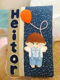 Capa para caderneta de vacinação personalizada com o nome e motivo do quarto de seu bebê. Feita em tecido e feltro com bolsos internos para acomodação da caderneta, fecho com elástico.