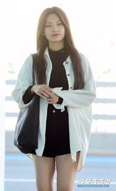 Kpop Outfits, Girl Outfits, Casual Outfits, Fashion Outfits, Fashion Hacks, Fashion Tips, Korean Airport Fashion, Korean Fashion, Indie Fashion