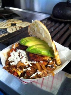 Arepa with meat, plaintains and avocado! Colombian Food, Colombian Arepas, Colombian Recipes, South American Dishes, Venezuelan Food, Best Food Ever, Latin Food, Quick Meals, Street Food