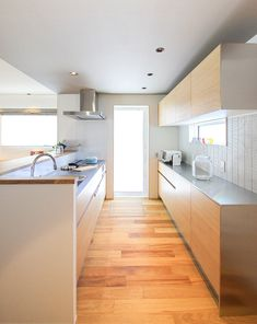 The space is very light and simple, as well as incorporates a lot of natural materials. Kitchen Cupboards, Kitchen Pantry, Kitchen Dining, Japanese Modern House, Japanese Kitchen, Natural Interior, French Country House, Kitchen Interior, Home Furniture