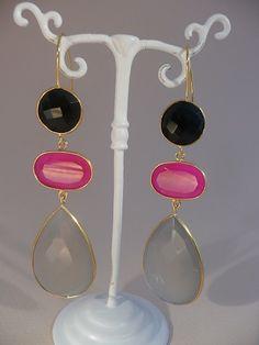 Black Onyx, pink and grey Chalcedony earrings. Goud op zilveren oorbellen met zwarte Onyx, felroze en grijze Chalcedoon Edelstenen.